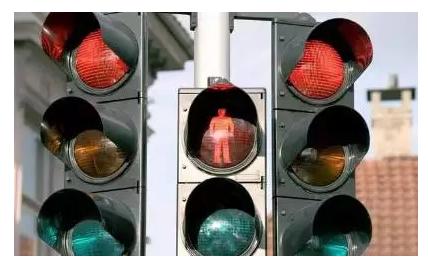 驾驶电动三轮车闯红灯伤了老婆还丢了娃