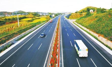 行人违章上高速发生事故,司机是否承担责任